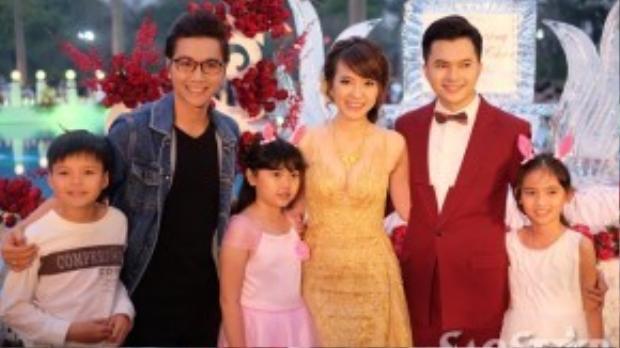 Cặp đôi chụp ảnh lưu niệm cùng MC Phan Anh và Công Tố.