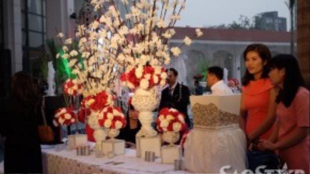 Không gian tiệc cưới tại của Nam Cường - Phương Thảo được trang trí bắt mắt với gam màu đỏ trắng chủ đạo.