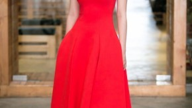 Chiếc đầm đỏ của NTK Hoàng Minh Hà cũng là một sự lựa chọn khéo léo của người đẹp. Thiết kế vừa đủ đơn giản, vừa đủ tinh tế khiến cô nàng nổi bật trước ống kính.