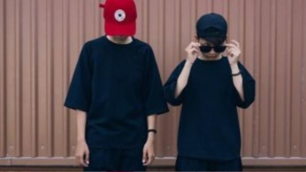 """Có lẽ đây là cặp đôi mặc màu đen chất - chuẩn - chơi nhất. Set đồ vô cùng đơn giản nhưng lại là công thức """"thần thánh"""" mà ai cũng ít nhất mặc một lần trong đời."""