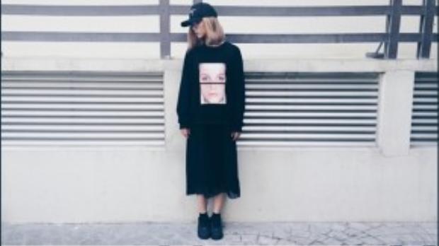 Fashionista này dù có mặc áo thun thể thao dáng over size hay đội mũ phớt, giày sneaker thì độ nữ tính của cô vẫn được cân bằng bởi chân váy voan đen.