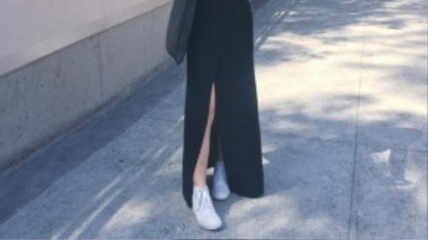 Chân váy đắp vạt, xẻ cao mang đến vẻ ngoài thướt tha, yểu điệu cho mọi cô gái.