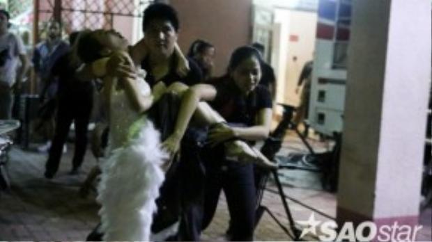 Hình ảnh Khánh My ngất xỉu trong đêm liveshow 3.
