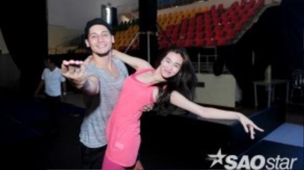 Khánh My thân mật cùng bạn nhảy Hồng Quế.