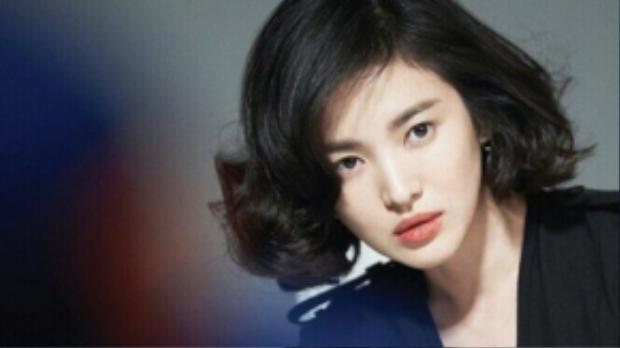 Tóc bob uốn xoăn đuôi khiến Song Kye Hyo có đôi chút sắc sảo.