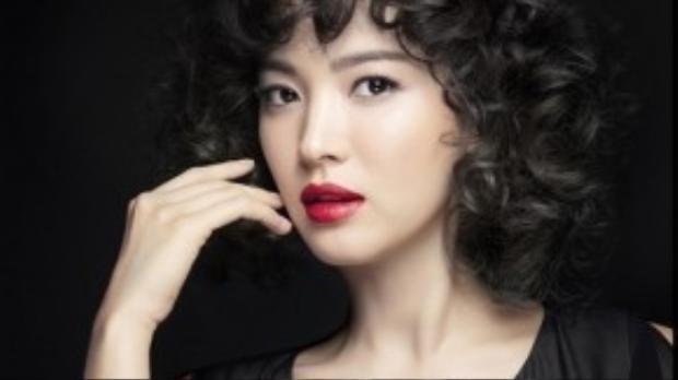 """Với kiểu tóc """"đầu xù tổ quạ"""", Song Hye Kyo vẫn không mất đi khí chất của mình."""