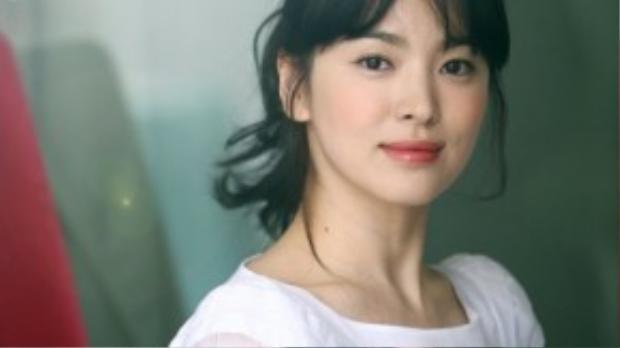 Tóc mái thưa là kiểu tóc đang được bác sĩ Kang áp dụng trong phim Hậu duệ Mặt trời, mái tóc này cũng trở thành hot trend của thời gian gần đây.