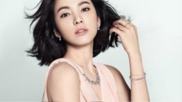 Cùng với kiểu tóc ngắn đó, nhưng nếu uốn nhẹ hơi gợn thì độ nữ tính của bác sỹ Kang được phục hồi hoàn toàn như những gì người hâm mộ thường thấy.