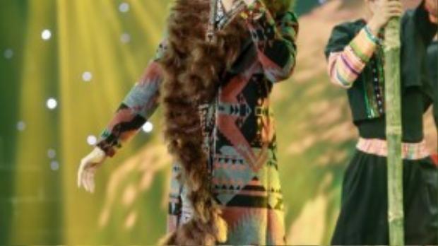 Đây là bộ trang phục có thể nói độc đáo nhất trong quá trình tham dự The Remix, chiếc áo giúp anh lọt top những thí sinh có trang phục biểu diễn đẹp nhất tuần.