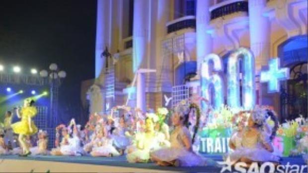 Các tiết mục ca múa nhạc xuyên suốt chương trình thu hút sự chú ý của đông đảo quần chúng.
