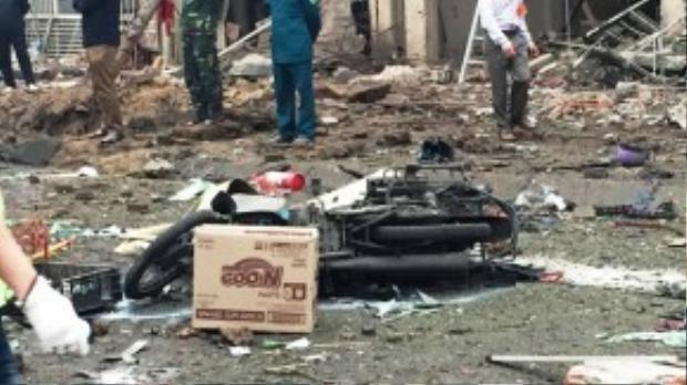 """Bà Nguyễn Thị Xê (cư dân trong khu đô thị) kể: """"Vụ nổ khiến hàng trăm ngôi nhà bị chấn động, vỡ hết cửa kính. Nhiều người đi xe máy bị sức ép xô ngã, bị thương."""