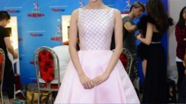 MC Mỹ Linh đẹp nhẹ nhàng khi diện váy hồng.