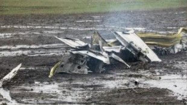 Một phần thân máy bay nằm chỏng chơ tại hiện trường.