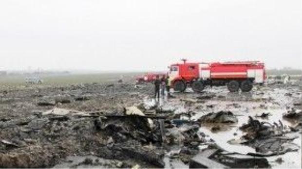 Mảnh vỡ máy bay cùng các phần thi thể người bị nạn hòa lẫn bùn đất do thời tiết xấu.