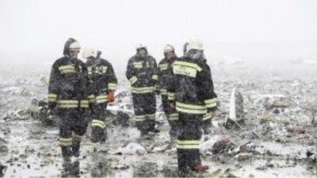 Thời tiết khắc nghiệt cản trở lực lượng cứu hỏa thu dọn hiện trường.