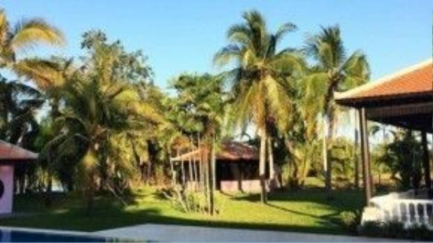 Căn biệt thự được đặt lên Lạ Trang. Cảnh quan xung quanh được bố trí đẹp, đầy màu xanh thiên nhiên.
