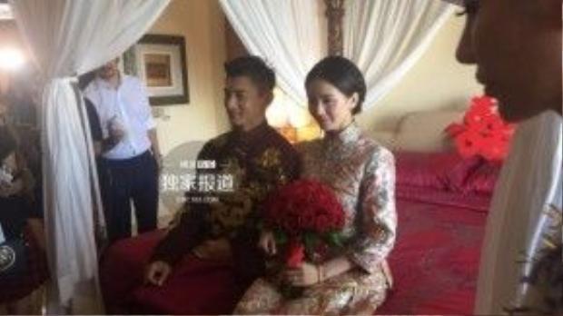 Ngô Kỳ Long và Lưu Thi Thi nhận sự chúc phúc từ người thân. Cô dâu mặc trang nhã, tay cầm bó hoa đỏ tượng trưng cho sự may mắn.