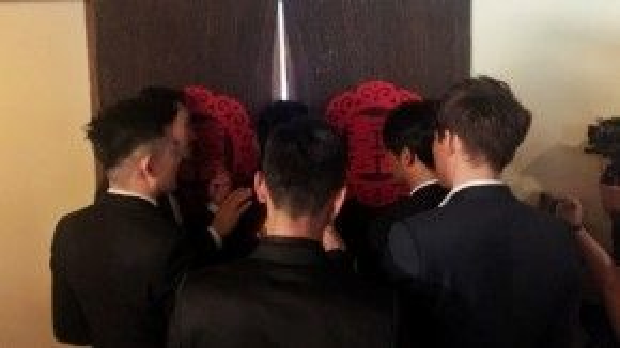 Giây phút thiêng liêng khi Ngô Kỳ Long mở cửa phòng Lưu Thi Thi.