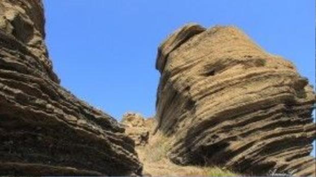 Nham thạch núi lửa, cộng với sự xâm thực, bào mòn của gió đã tạo nên những rãnh vặn xoắn độc đáo cho Cao Cát.