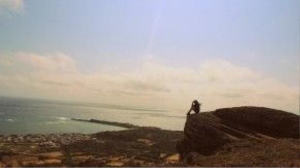 Từ đỉnh Cao Cát, bạn có thể ngắm toàn cảnh làng chài Long Hải, thuộc bờ phía đông của Phú Quý.