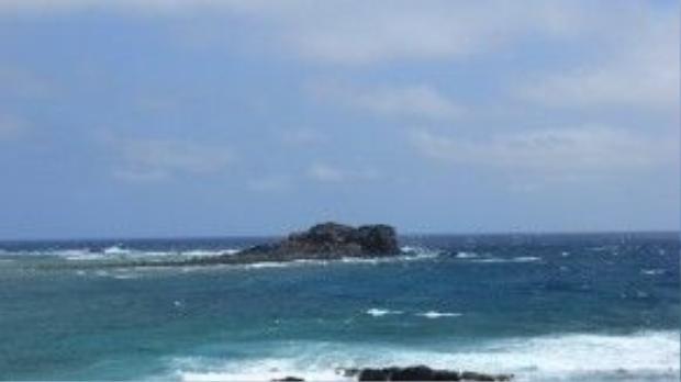 Cách Cao Cát không xa là mũi Doi (Mộ Thầy) với bãi biển xanh ngắt.