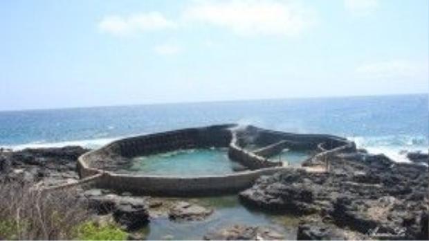 Dọc hai bên mũi Doi, những hồ nuôi tôm, cá được xây dựng ngay trên bãi biển, thoạt nhìn như những đấu trường thời trung cổ.