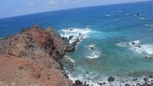 Xuôi theo đường vành đai quanh đảo, tiếp đến là Gành Hang với những bờ đá cao hùng vĩ.