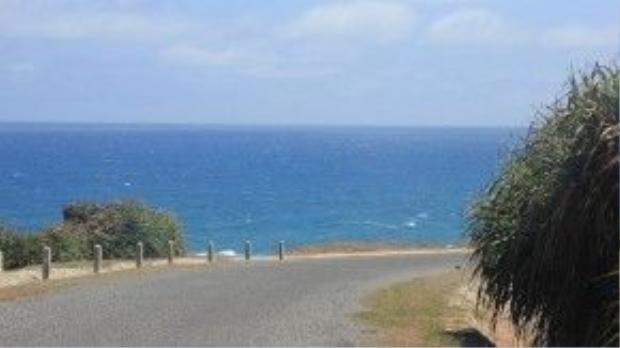 Qua những khúc quanh, biển xanh ngắt hiện ra không hề báo trước, đem lại một sự bất ngờ ngọt ngào.