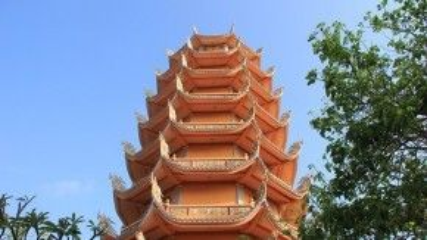 Vòng hết một vòng quanh đảo, quay về hướng Tam Thanh, Ngũ Phụng, các bạn có thể ghé thăm chù Linh Quang, ngôi chùa lớn nhất trên đảo.