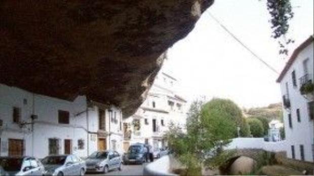 Thị trấn Setenil hiện đại ngày nay hình thành và phát triển từ một thành phố kiên cố của người Moor nằm trên một dốc đứng gần dòng sông Rio Trejo phía Bắc Ronda.