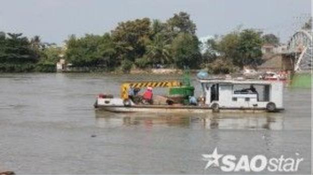 Dù đã có ba người thoát nạn nhưng chưa xác định được còn nạn nhân nào mất tích hay không nên cứu hộ TP Biên Hòa tiếp tục quần thảo, kiểm tra quanh khu vực cầu Ghềnh.