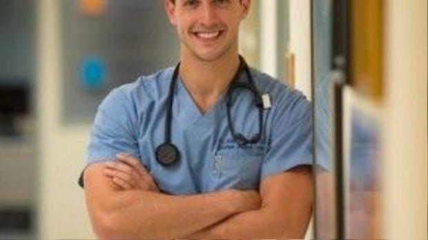 Vẻ ngoài của Mike được ca ngợi là chàng bác sĩ đẹp trai nhất thế giới.