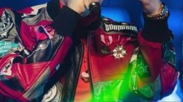 """G-Dragon: """"Thật sự thời gian trôi nhanh quá! Tôi tin dù chúng ta xa nhau, trong lòng vẫn có nhau. Hôm nay chúng tôi còn đứng ở vị trí này là nhờ sự yêu mến của các bạn""""."""