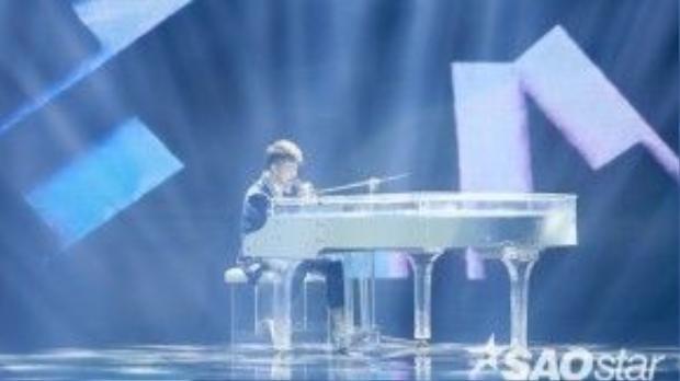Noo Phước Thịnh khoe khả năng chơi đàn piano ấn tượng trên sân khấu đêm Chung kết.