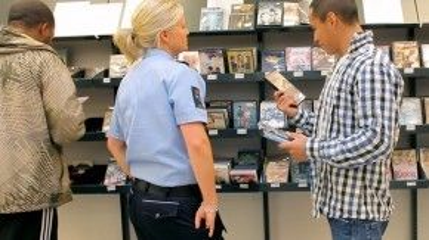 Chia sẻ đĩa nhạc hay bài hát yêu thích với giám sát viên là một việc rất bình thường của các tù nhân nơi đây.