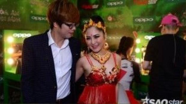 Bùi Anh Tuấn thân mật cùng Hương Tràm, đồng thời anh sẽ là người hỗ trợ Hương Tràm trong đêm thi chung kết.