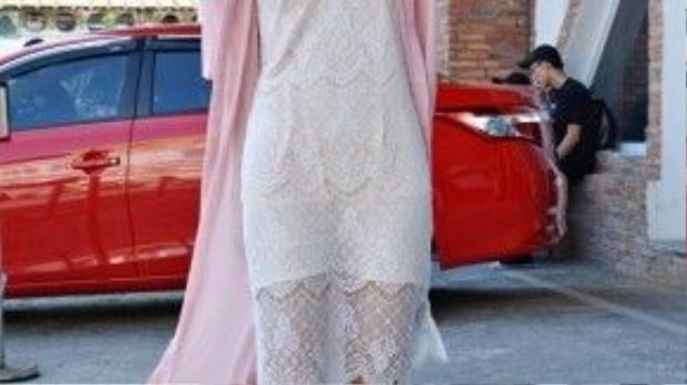 Cô nàng mix bộ trang phục với giày sneaker trắng, kính mắt chuồn cùng vòng cổ choker.