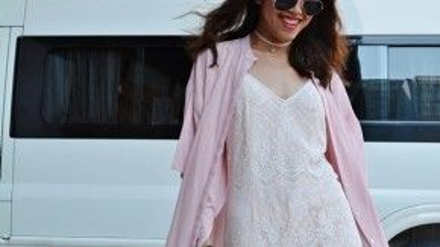 Fashion Blogger Stephanie vừa bay bổng, vừa năng động với slip-dress trắng chất liệu ren phối cùng áo khoác màu hồng thạch anh nền nã.