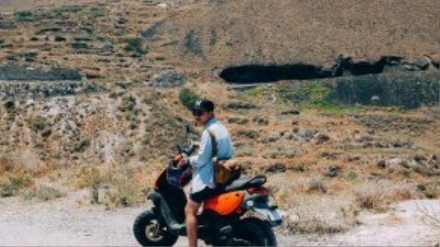Tại Santorini có khá nhiều xe máy cho thuê. Để suôn sẻ, Minh Tran khuyên nên chuẩn bị bản chính của giấy phép lái xe Việt Nam và một bản dịch sang tiếng Anh.