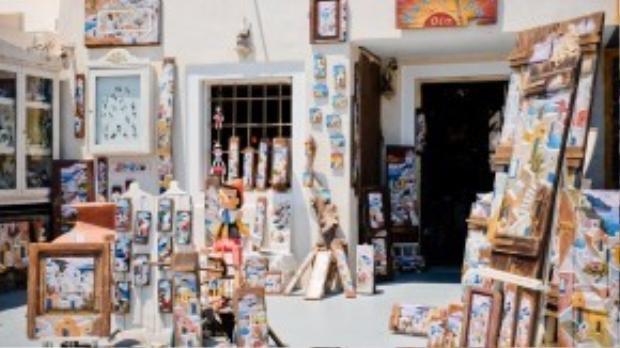 Theo anh bạn,đảo Santorini được chia làm 3 khu chính là Akrotiri, Thira và Oia. Tại Oia, tập trung khá nhiều nhà hàng, khách sạn, quán ăn sang trọng, lẫn các cửa hàng lưu niệm… Ảnh: Minh Tran.