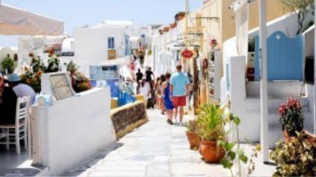 Những con phố tại Oia nho nhỏ, có nhiều hàng quán ven đường, lại có view hướng biển nên thu hút rất đông khách dừng chân. Ảnh: Minh Tran.