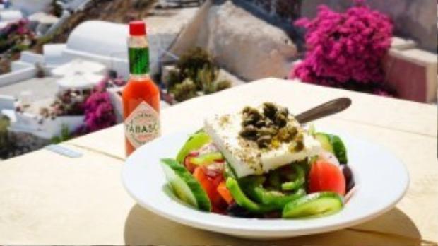 Đến Santorini, bạn chắc chắn phải thử qua món Greek salad trong truyền thuyết của nhà hàng Skala (Oia), với giá khoảng 30 euro (~750 nghìn đồng) đủ no cho 2 người. Không những thế, quán có view hướng biển, kèm wifi miễn phí nên du khách thường rất thích chụp ảnh check-in tại đây. Ảnh: Minh Tran.