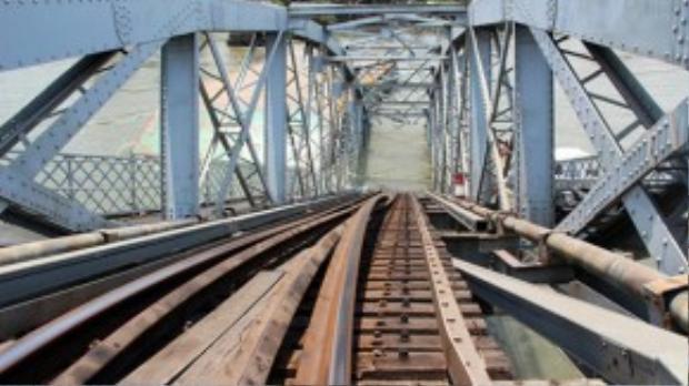 Phần nhịp cầu oằn xuống sông.