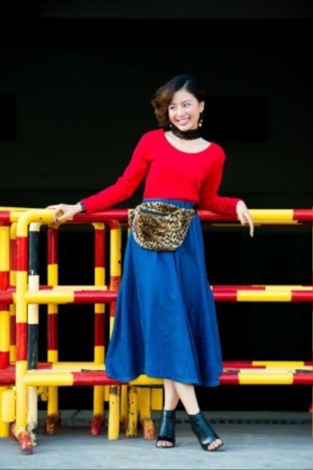 Set đồ tông đối lập đỏ xanh sẽ được làm dịu tức thì qua chiếc túi bao tử họa tiết da beo.
