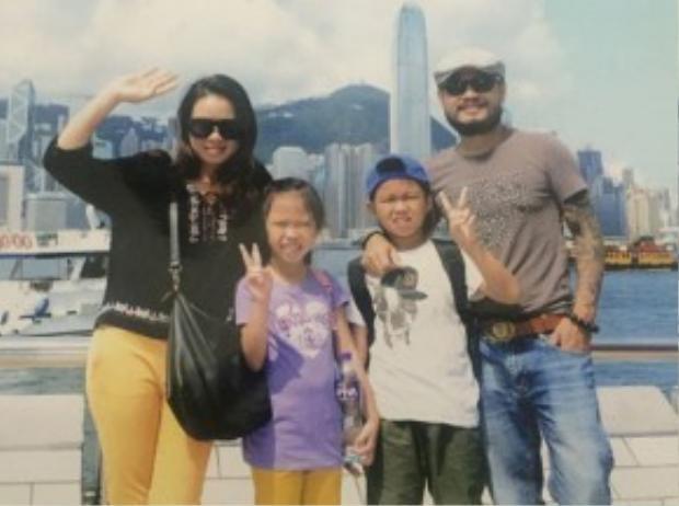 Gia đình Trần Lập trong chuyến du lịch tại Singapore.