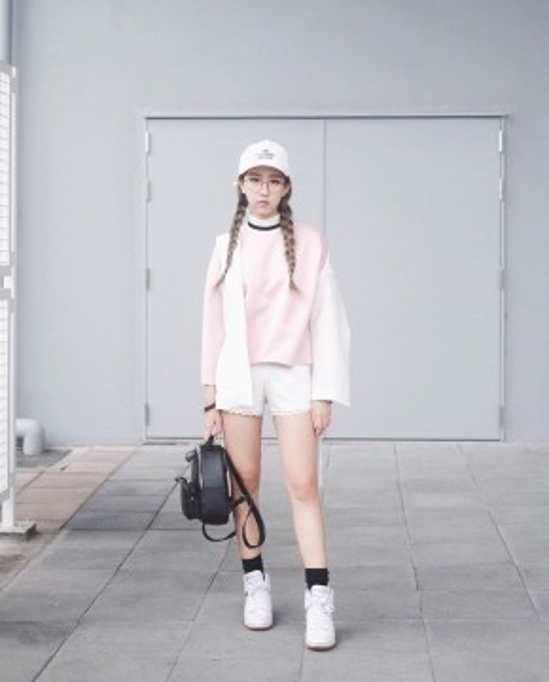 Cô nàng Min mang tinh thần sportluxe cho ngày đầu tuần với giày Nike, túi xách của Charles&Keith, swearshirt từ nhãn hàng Outstanding Ordinary và short trắng của InfamousxWephobia.