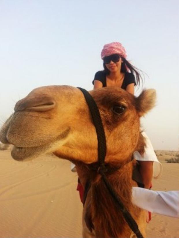 Trước đó, tại Dubai, cô cũng đã được mục sở thị những chú lạc đà khổng lồ và leo lên mình chúng để di chuyển trong sa mạc đầy cát, nắng và gió.