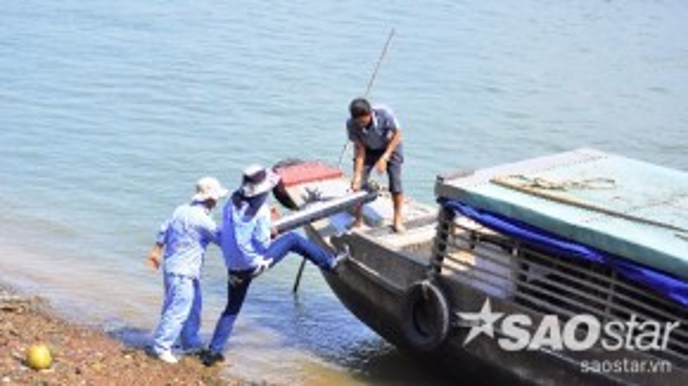 Lực lượng chức năng đưa thiết bị 3D chụp dò đấy sông Đồng Nai trước khi lên phương án trục vớt.