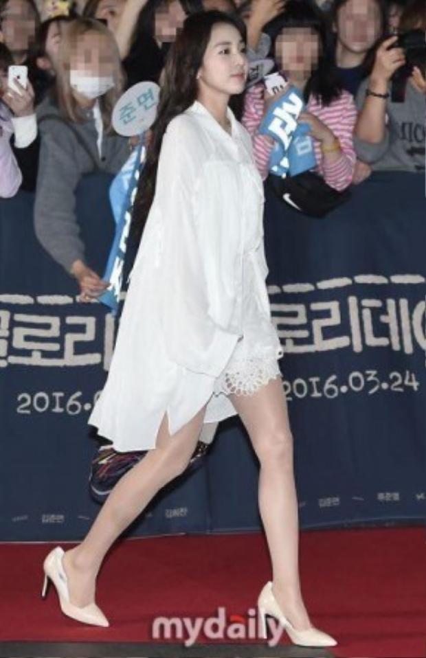 Có lẽ sự thay đổi hình ảnh qua gu ăn mặc của Dara sẽ trở nên hoàn thiện hơn nếu như cô chọn cho mình một đôi giày vừa chân.