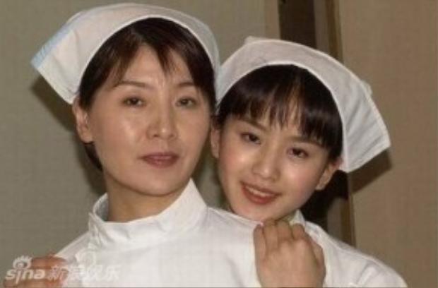 Bức ảnh xưa cũ của hai mẹ con. Có thể nói, Lưu Thi Thi được kế thừa vẻ ngoài như mơ của bà mẹ xinh đẹp.